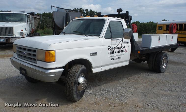 1990 Ford F450 Super Duty flatbed truck