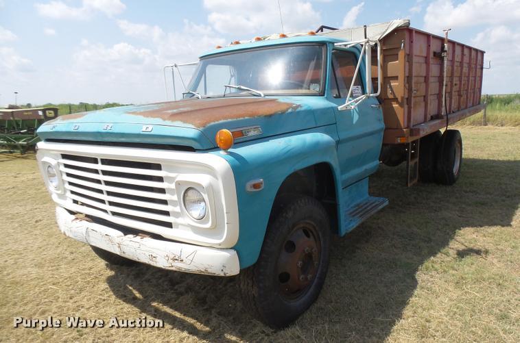 1972 Ford 600 grain truck