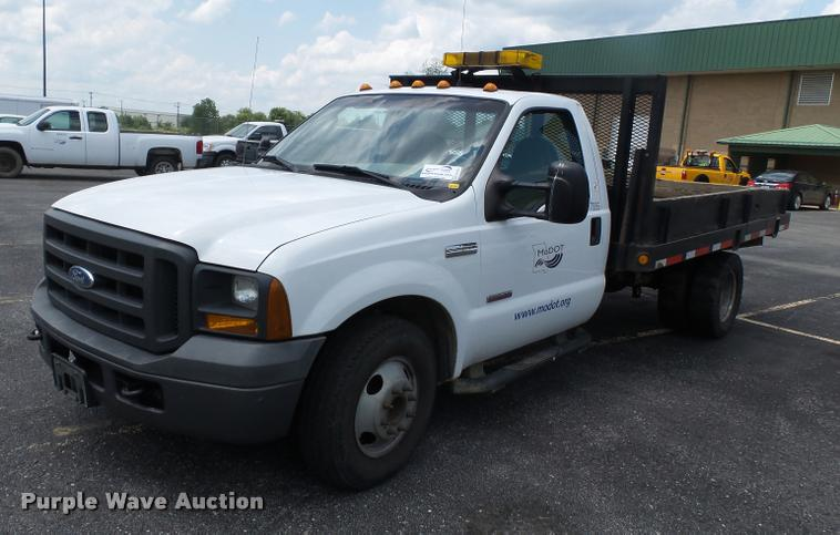 2005 Ford F350 Super Duty flatbed pickup truck