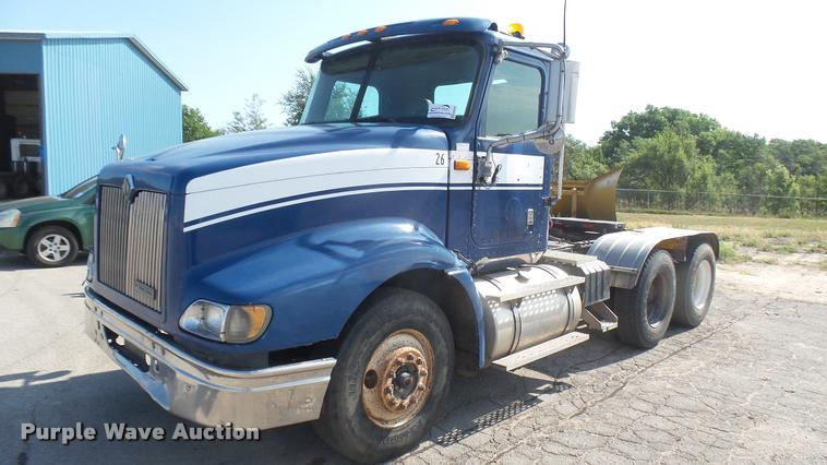 2001 International 9400i semi truck
