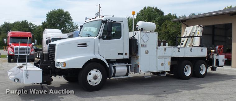 2004 Volvo VHD rail road service truck with crane