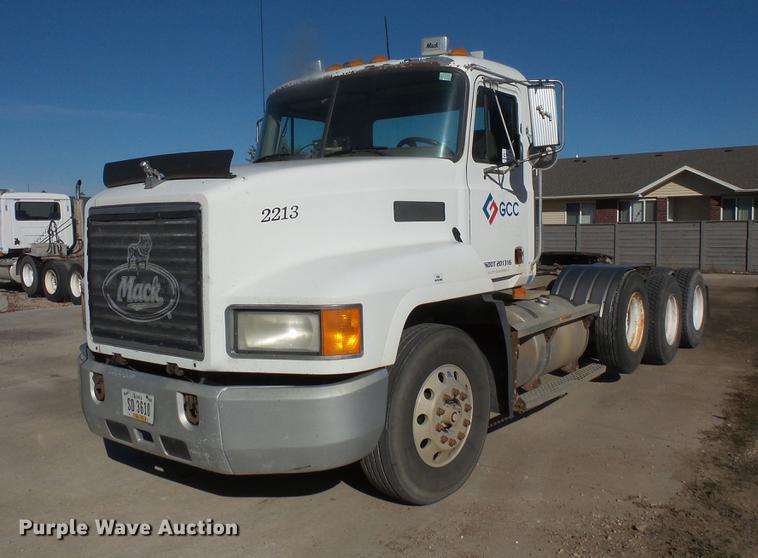 2001 Mack CH613 semi truck