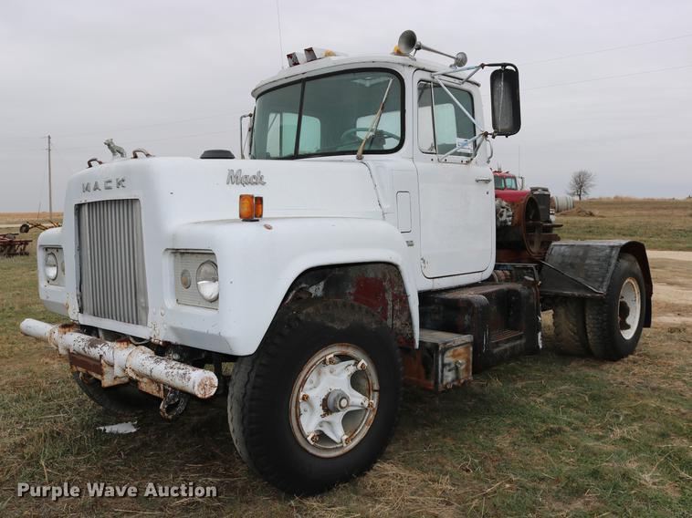 1966 Mack R609 semi truck