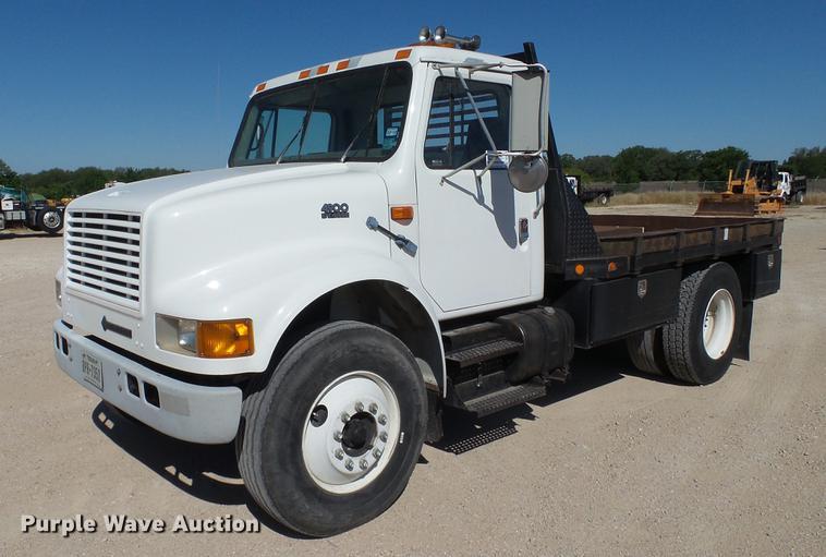 2000 International 4900 flatbed truck