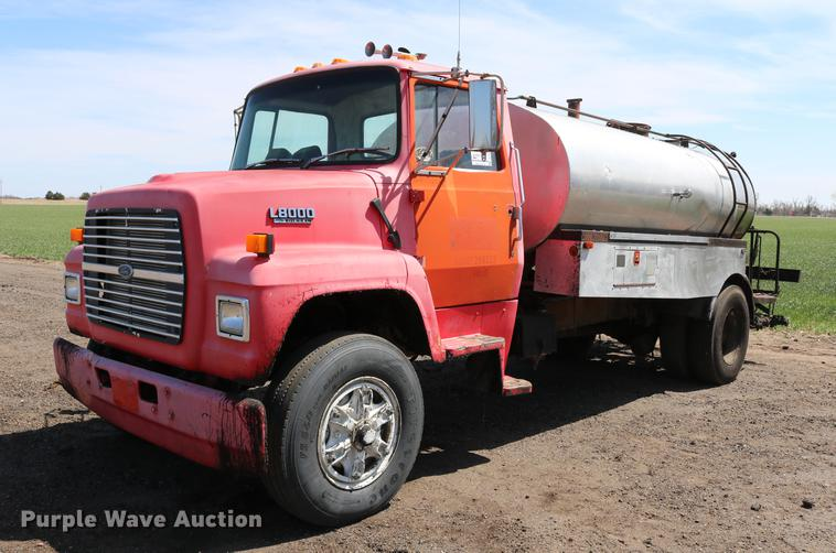 1989 Ford LN8000 oil distribution truck