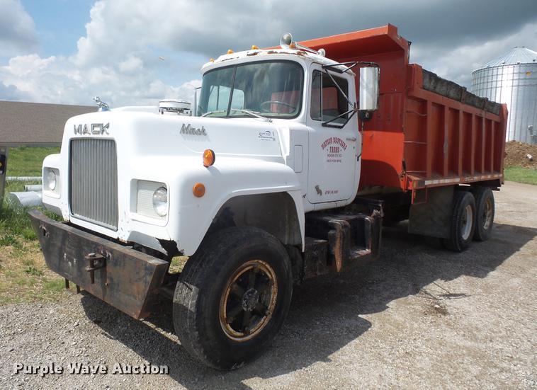 1975 Mack R686ST dump truck