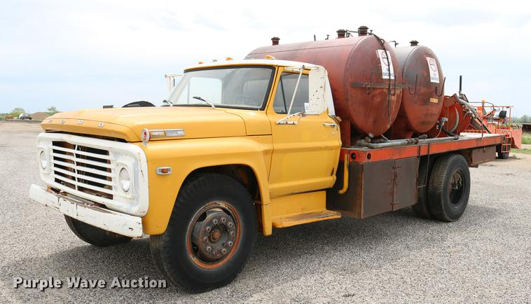 1971 Ford F700 flatbed service truck