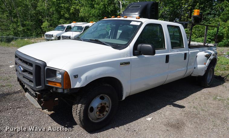 2005 Ford F350 Super Duty XL Crew Cab pickup truck