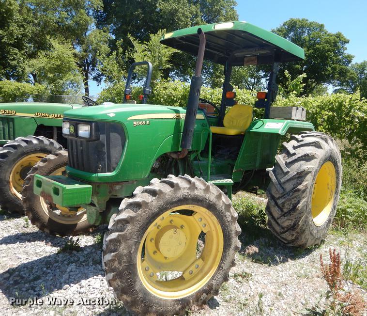 2009 John Deere 5065E tractor