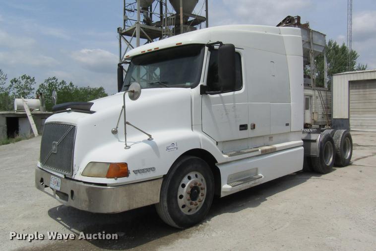 1998 Volvo VN semi truck