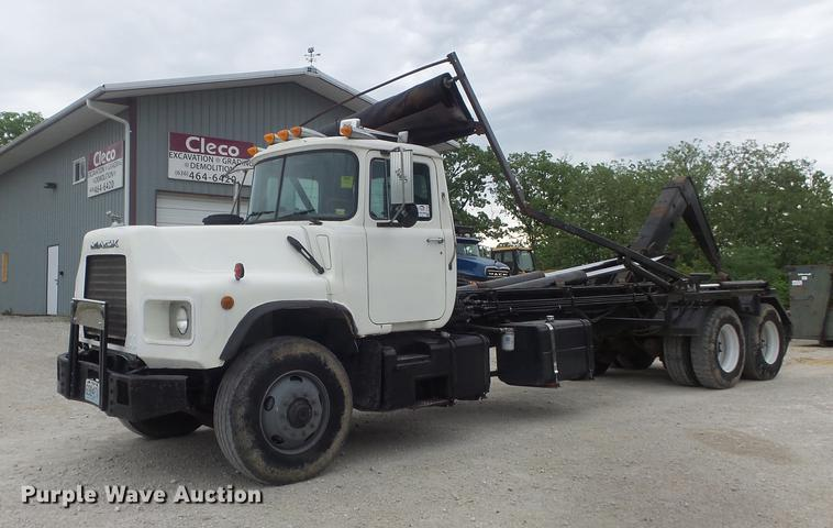 1999 Mack DM690S hooklift truck