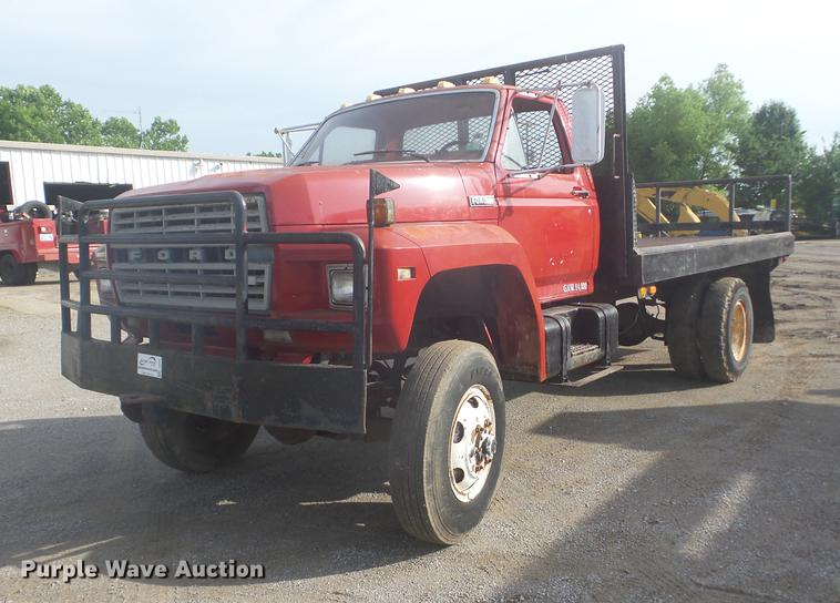 1981 Ford F700 flatbed truck