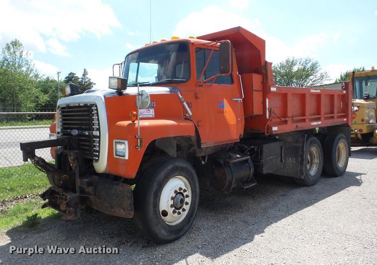 1989 Ford L8000 dump truck