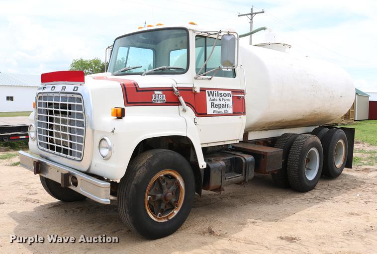 1983 Ford LN700 tank truck