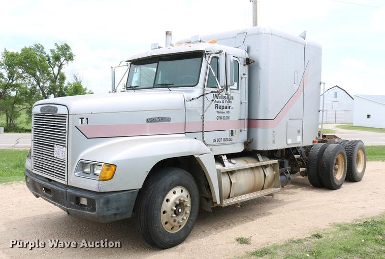 1990 Freightliner FLD120 semi truck