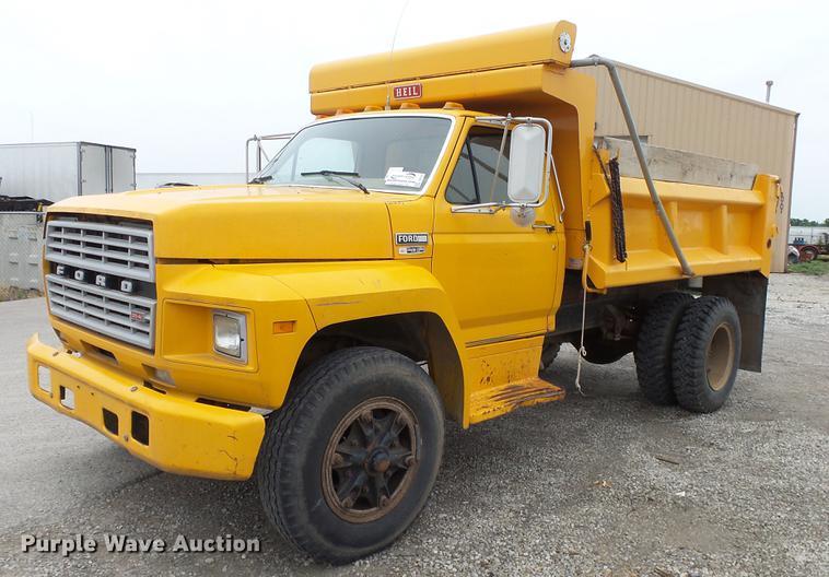 1984 Ford F700 dump truck