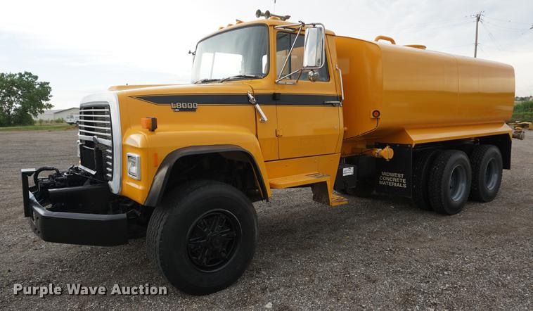 1990 Ford LT8000 water truck