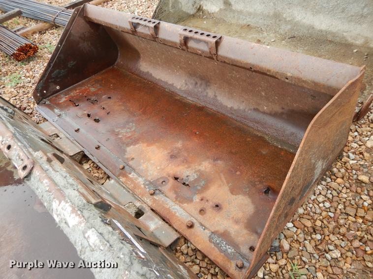 Low profile skid steer bucket
