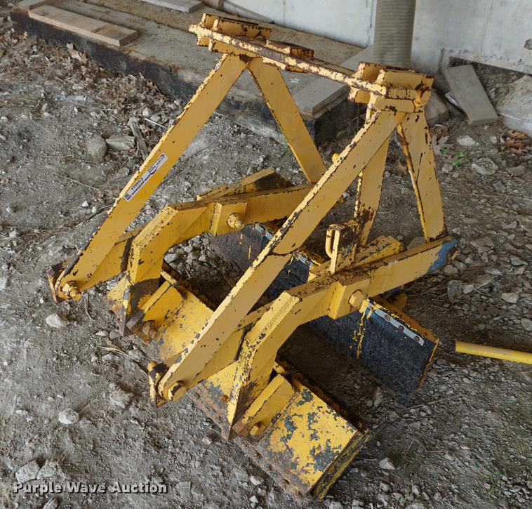 Concrete barrier lifting clamp