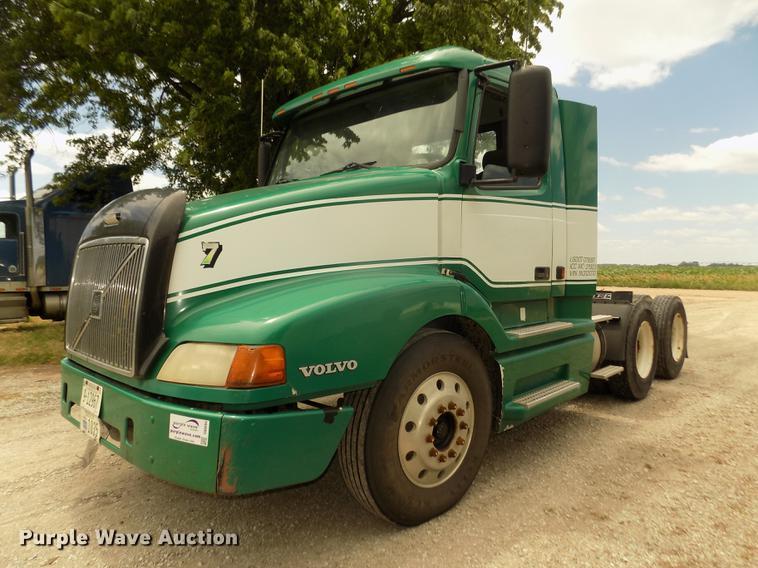 2001 Volvo VNL semi truck