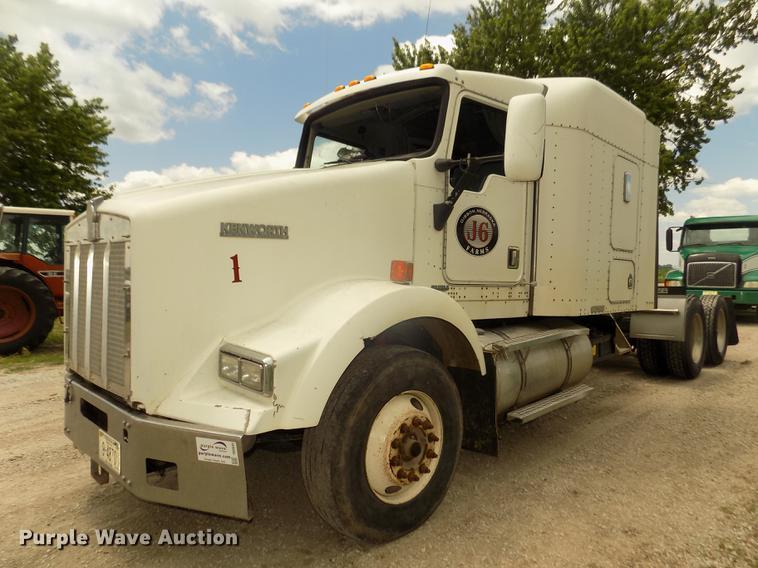 1996 Kenworth T800B semi truck