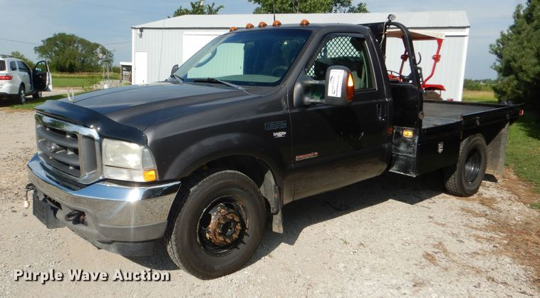 2004 Ford F350 Super Duty XLT flatbed pickup truck