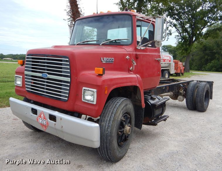 1990 Ford L8000 truck cab and chassis