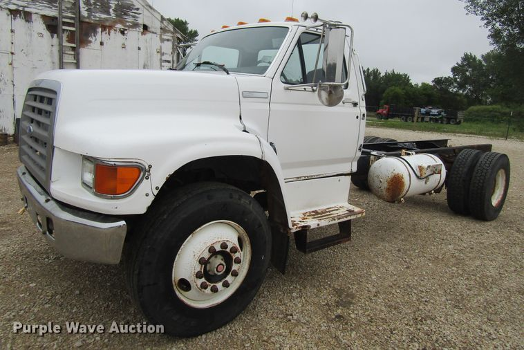 1996 Ford F700 truck cab and chassis