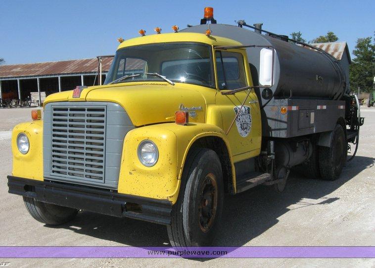 8393 image for item 8393 1970 International Loadstar 1700 oil truck