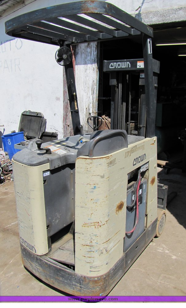 Crown RC 3000 Series Forklift Item 3066 SOLD May 5 Midw