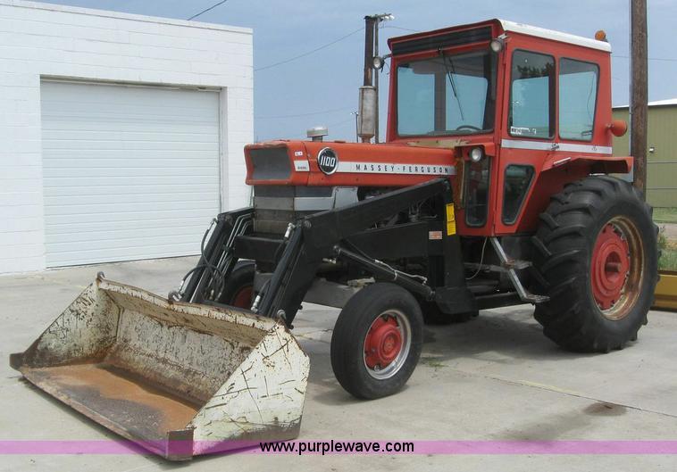 Massey Ferguson 1100 : Massey ferguson tractor with loader item