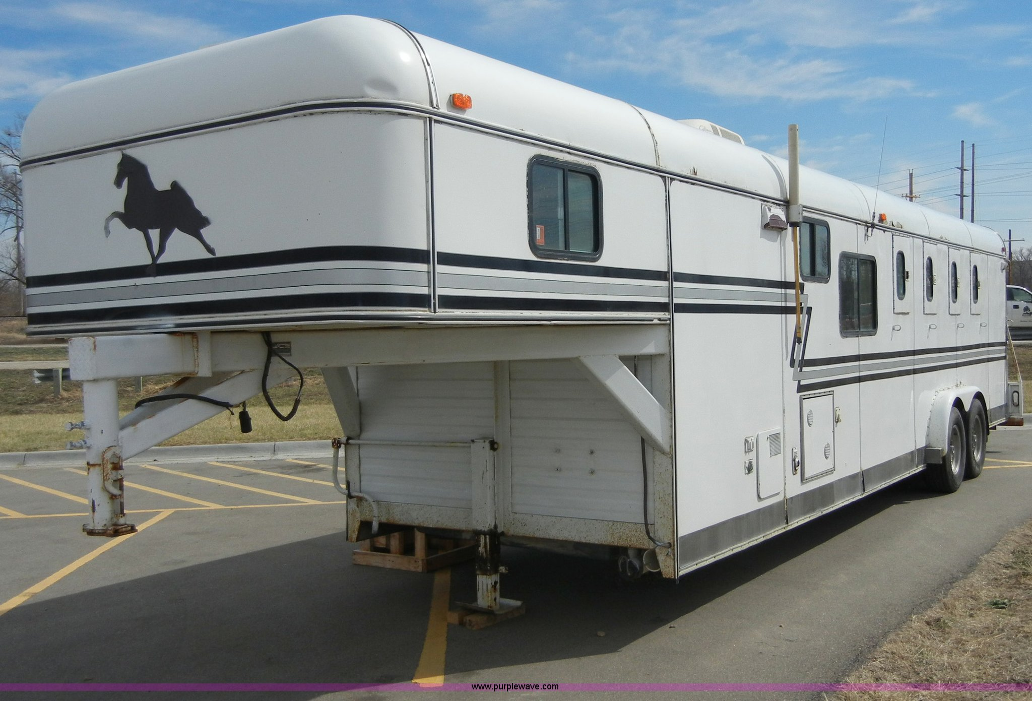 1985 Lazy N 28 Fifth Wheel Gooseneck Horse Trailer With