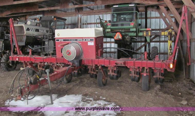 International 800 Cyclo Air 8 Row Planter Item B5102 Sol