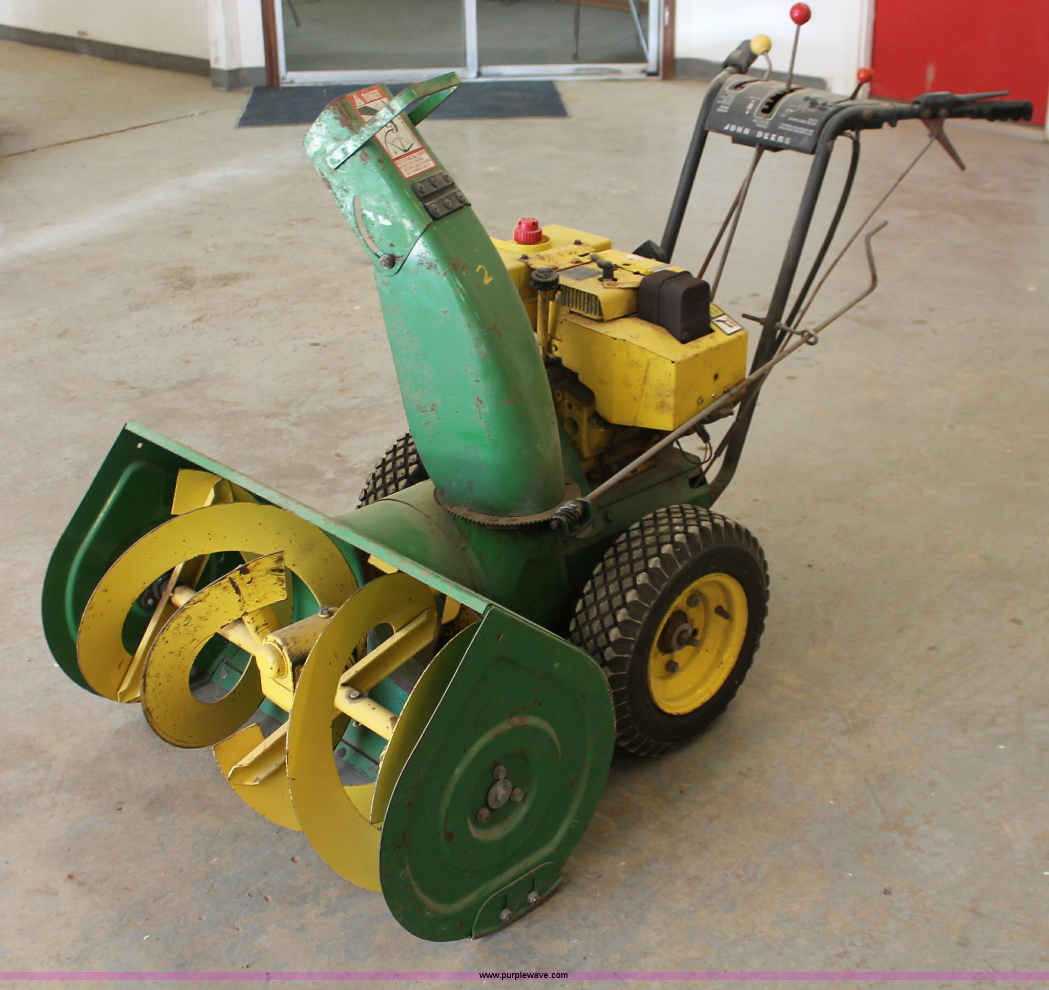 V9104 image for item V9104 John Deere 1032 snow blower