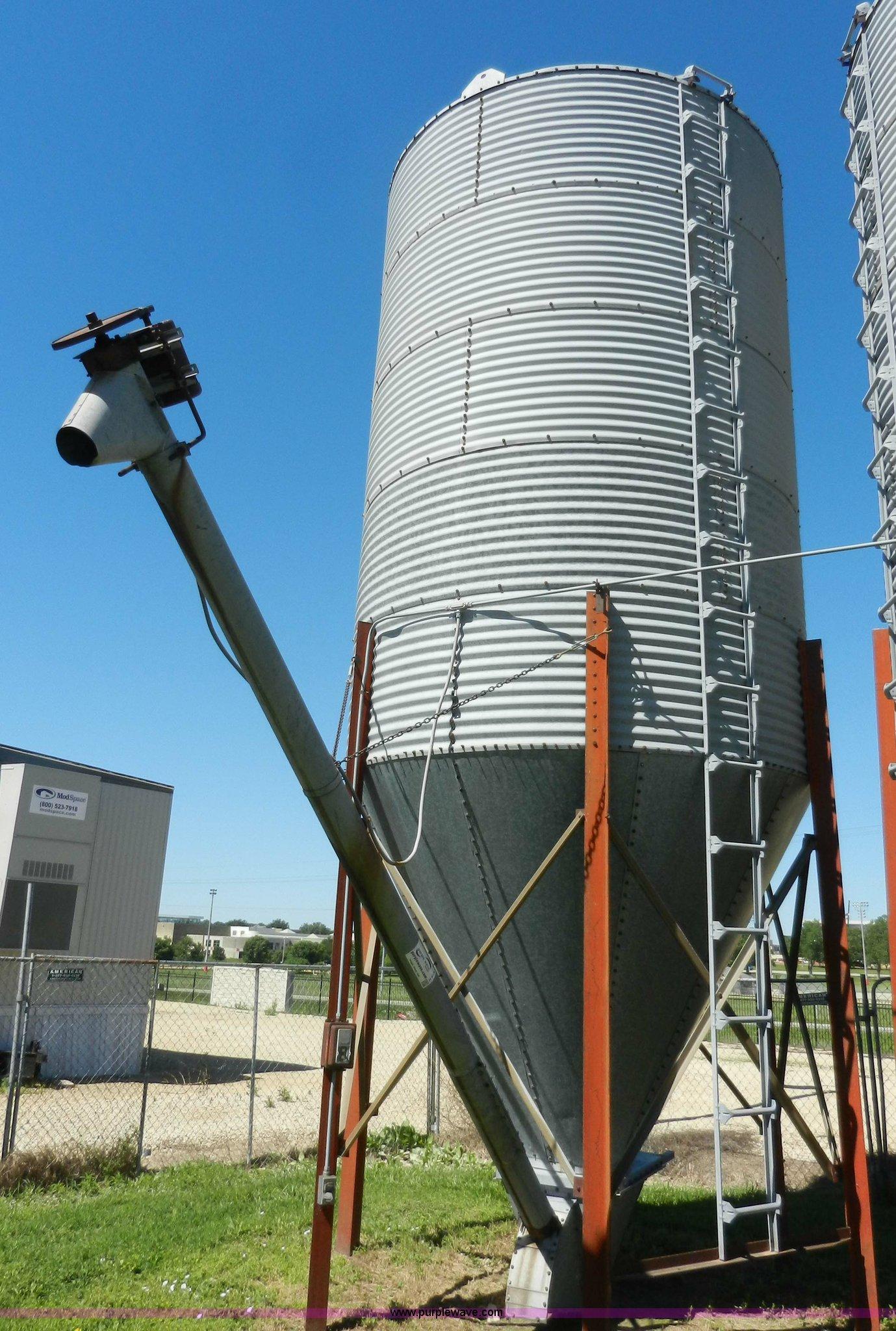 Bulk grain bin with auger | Item H3078 | SOLD! June 26 Ag Eq