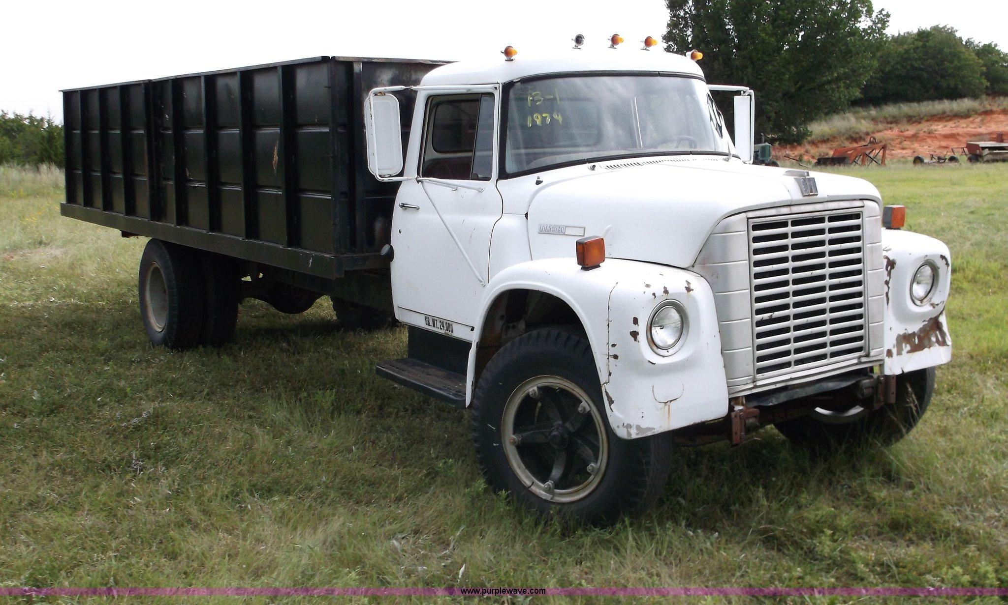 M9267 image for item M9267 1974 International Loadstar 1700 service truck