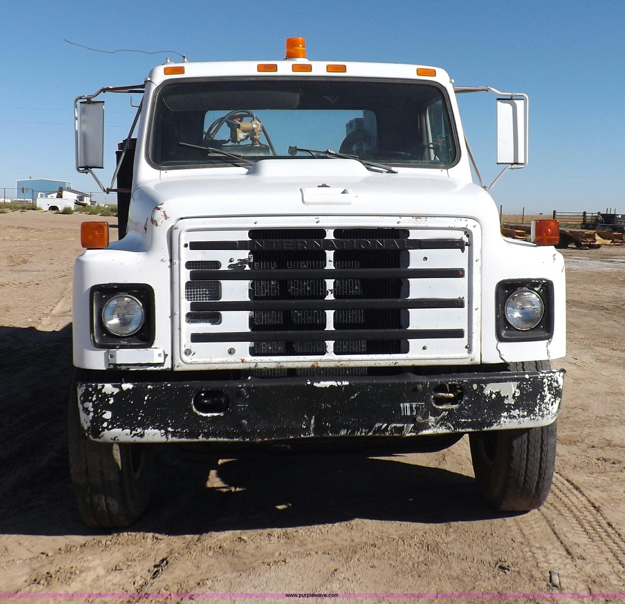 ... International S1900 service truck Full size in new window ...