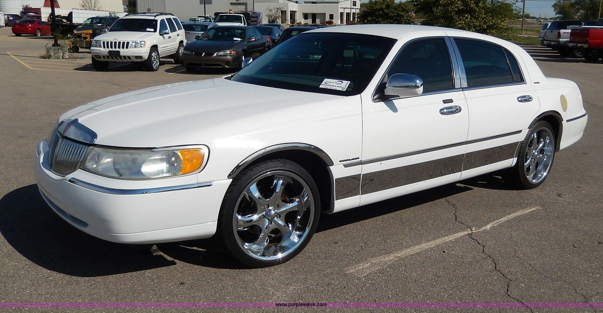 2001 Lincoln Town Car Executive Item H9595 Sold Novembe