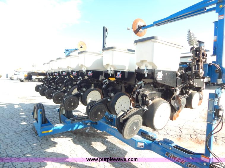 2011 Kinze 3500 8/15 pivot fold Interplant planter | Item H3