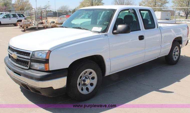 e00043d7f7 H6071 image for item H6071 2006 Chevrolet Silverado 1500 Ext. Cab pickup  truck