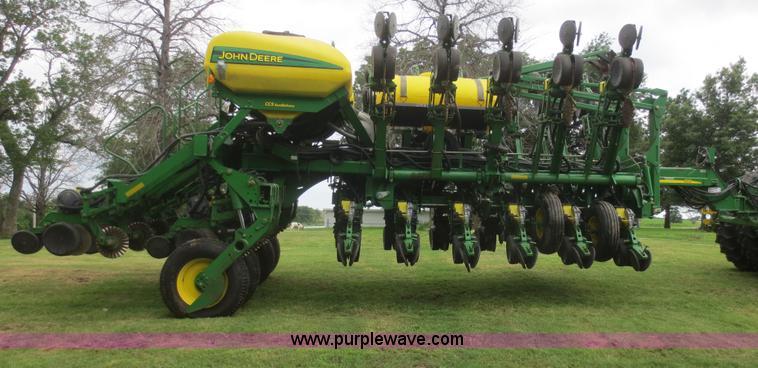 2006 John Deere 1790 16 32 Split Row Planter Item D2072