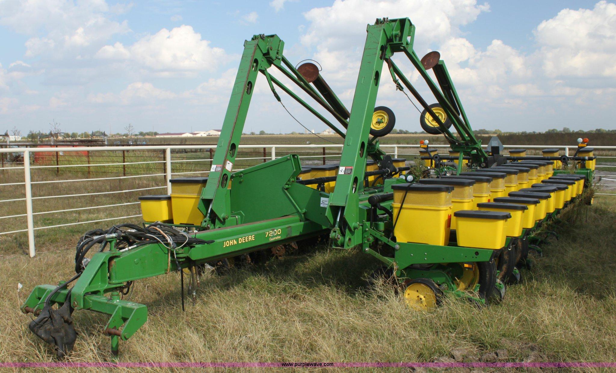 1995 John Deere 7200 Conservation Max Emerge Planter Item