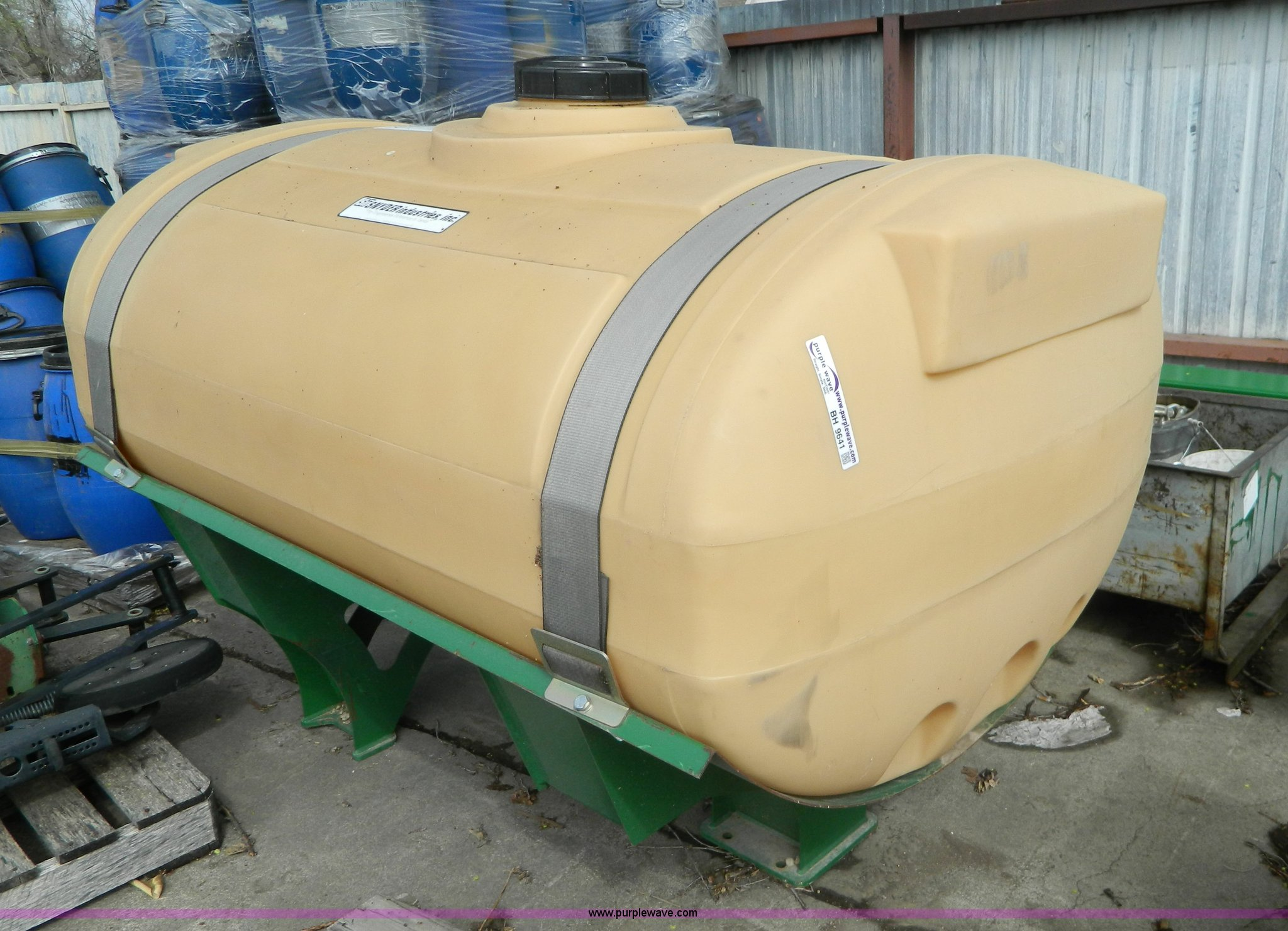 400 gallon saddle tank | Item BH9641 | SOLD! May 13 Ag Equip