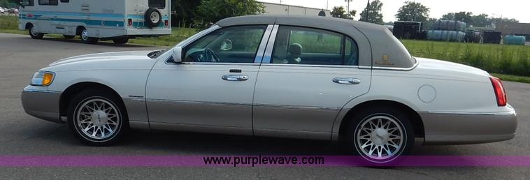 2002 Lincoln Town Car Signature Item J3781 Sold July 29