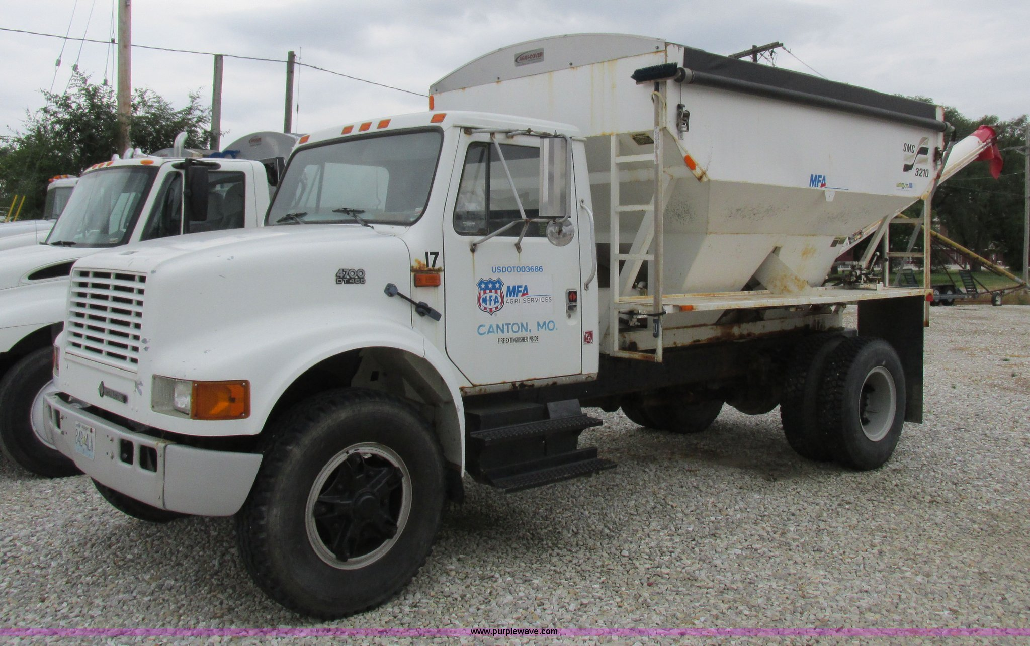 1990 International 4700 fertilizer delivery truck | Item L40