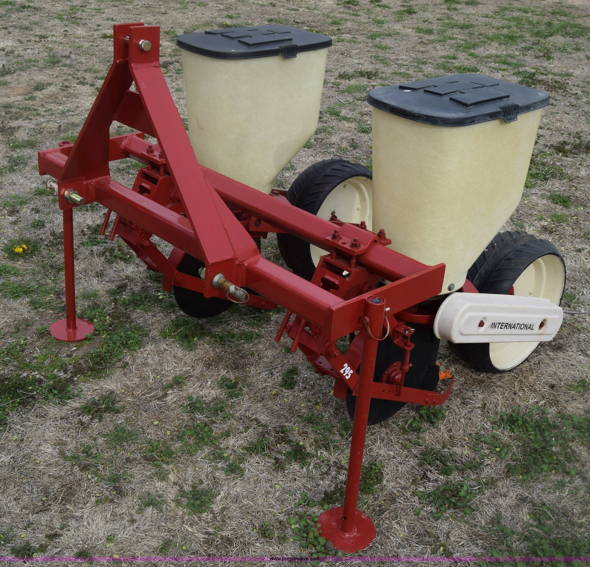 International 295 Planter Item Bx9706 Sold April 13 Ag