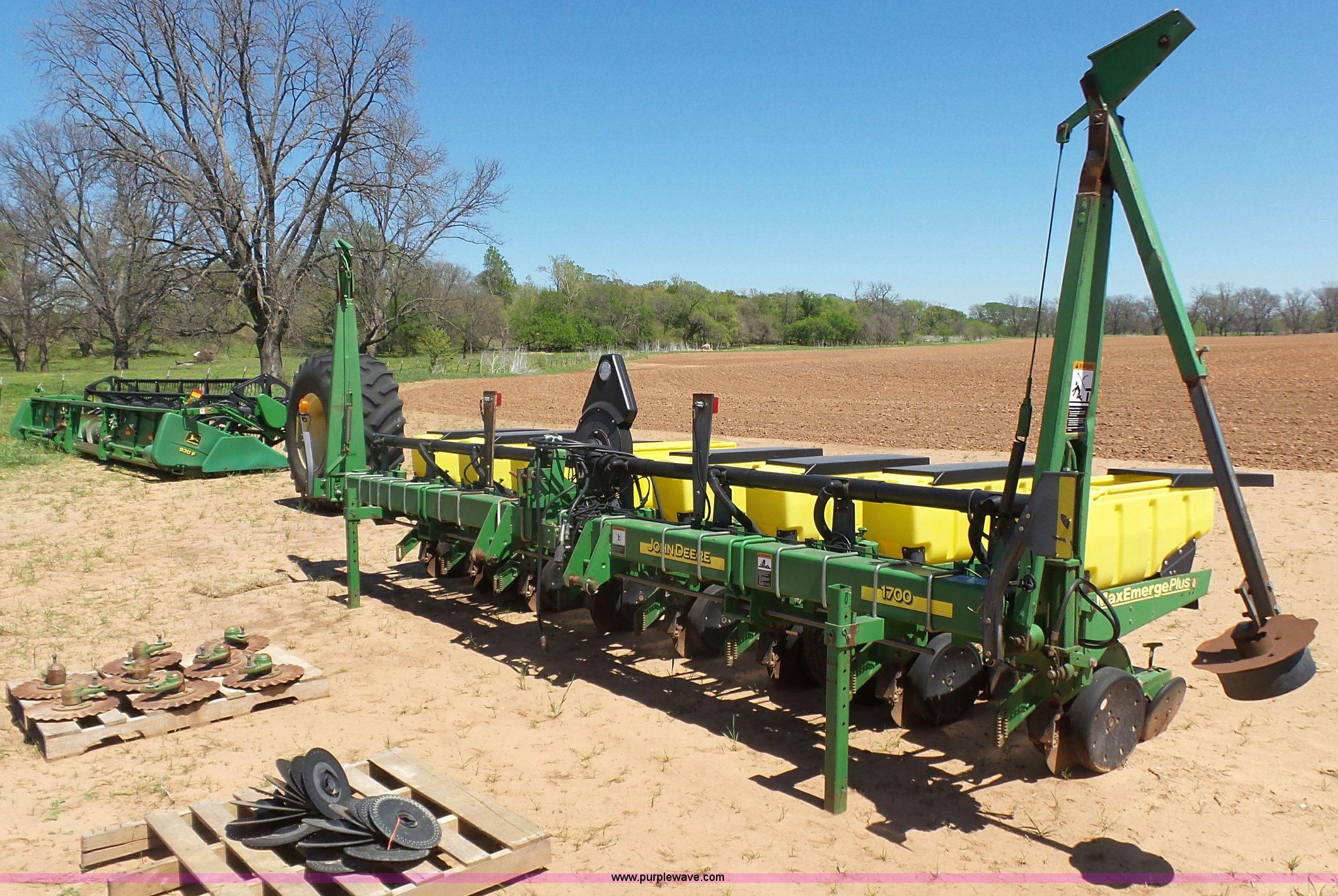 John Deere 1700 No Till Planter Item J7533 Sold April 2