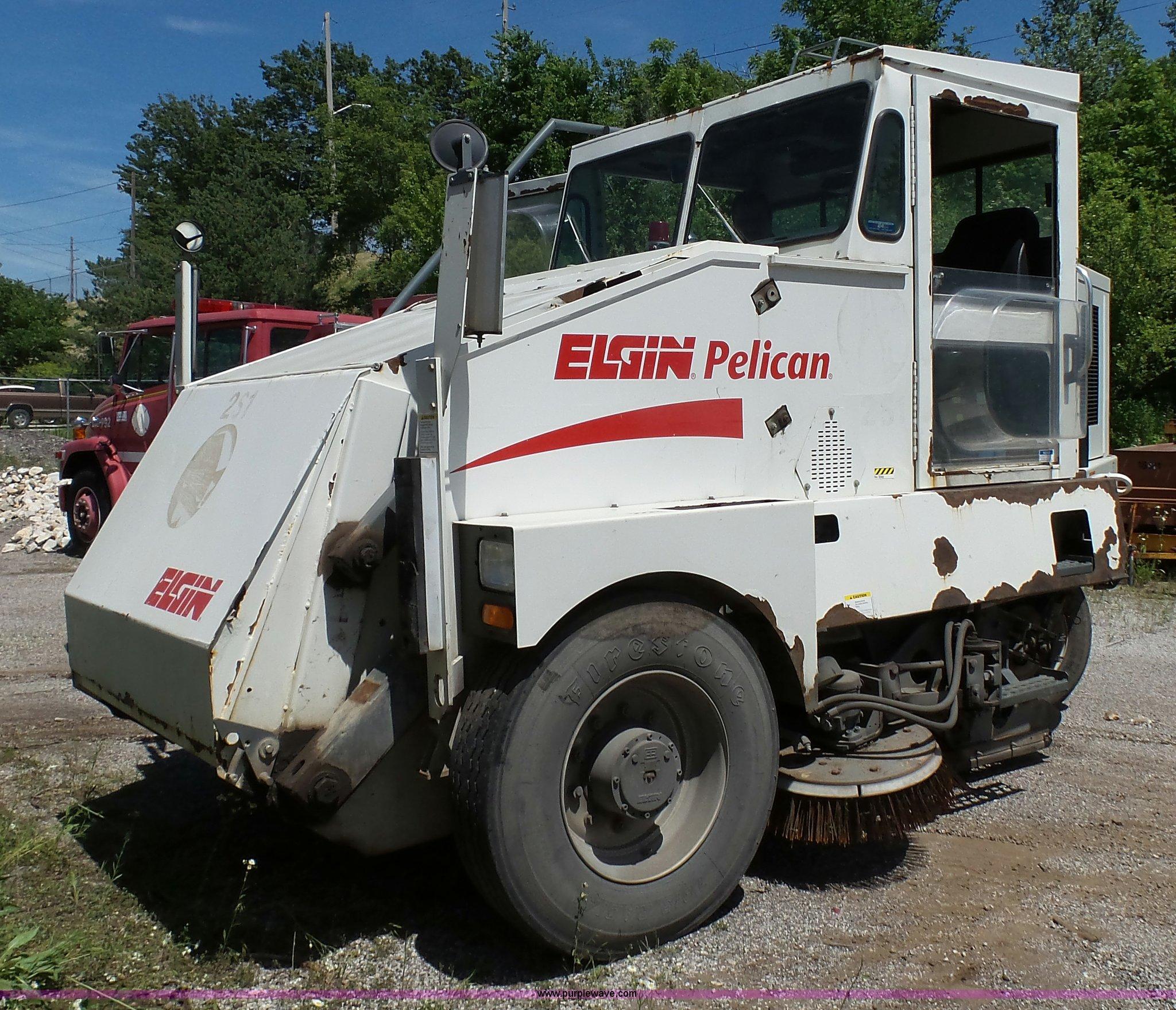 J4923 image for item J4923 2006 Elgin Pelican Series P street sweeper