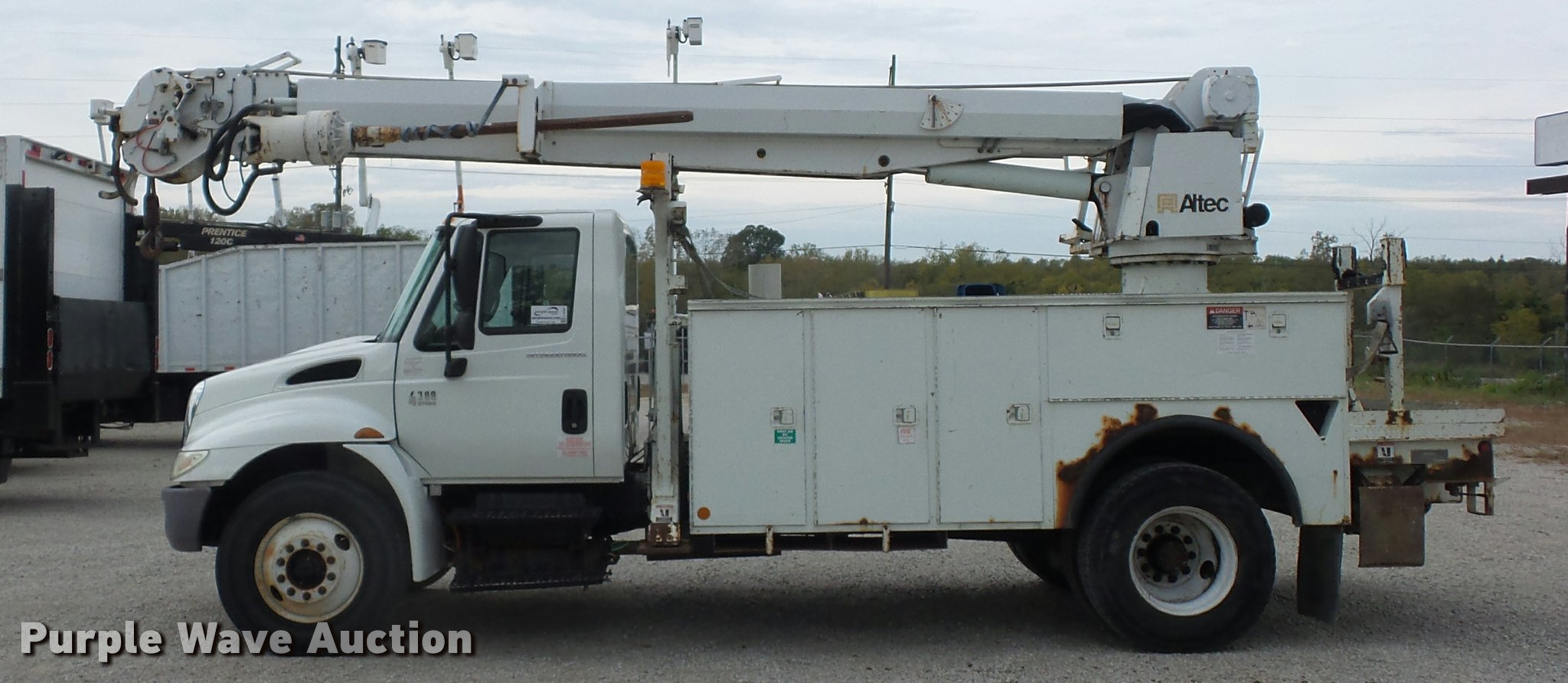 2005 International DuraStar 4300 bucket truck | Item L4353 |