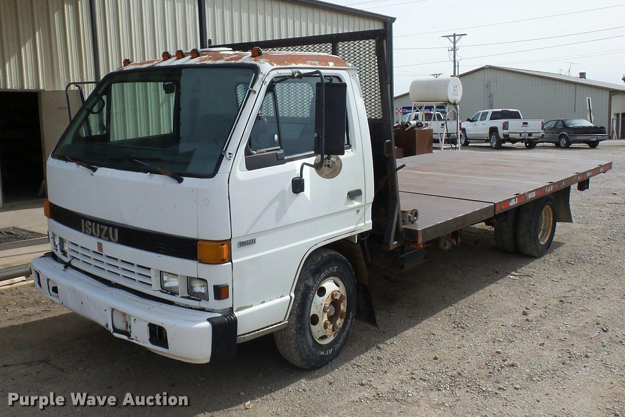 L4380 image for item L4380 1992 Isuzu NPR flatbed truck